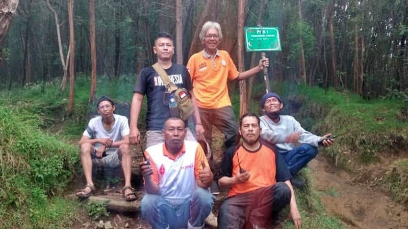 A. Cipdaryanto - YB2SLF, Eddy Widodo - YC2HPG, Tatang - YC2TTG, Haryanto - YF2BMJ, Adityo - YD2CLH dan Ibnu - YD2CFL.